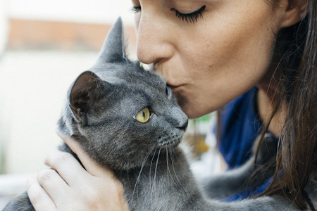 Woman kissing Russian Blue LANG_EVOIMAGES