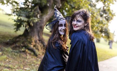 niños vistiendose: Retrato de dos niñas de la mascarada en Halloween