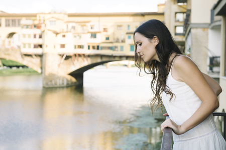 vestidos de epoca: Italia, Florencia, mujer frente al Ponte Vecchio LANG_EVOIMAGES