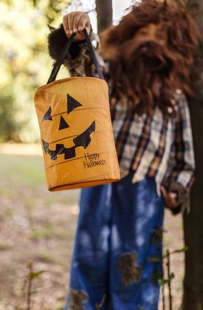 niños vistiendose: Niño sosteniendo la linterna de halloween
