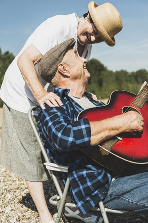 optimismo: Feliz pareja senior con guitarra LANG_EVOIMAGES