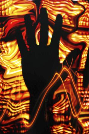 delincuencia: Mano oscura y colores brillantes, ilustración LANG_EVOIMAGES