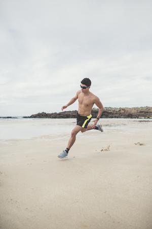 nackte brust: Spanien, Ferrol, junger Mann läuft schnell am Strand