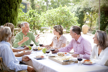 well laid: Spain, Mallorca, six friends sitting at laid table in the garden LANG_EVOIMAGES