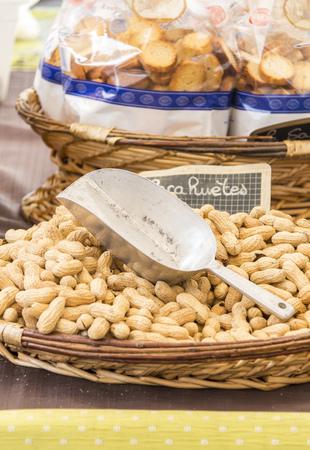 Francia, Bormes-les-Mimosas, arachidi sul mercato di strada