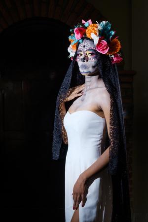 traje mexicano: Mujer vestida como La Calavera Catrina, figura esqueleto femenino mexicano tradicional que simboliza la muerte LANG_EVOIMAGES