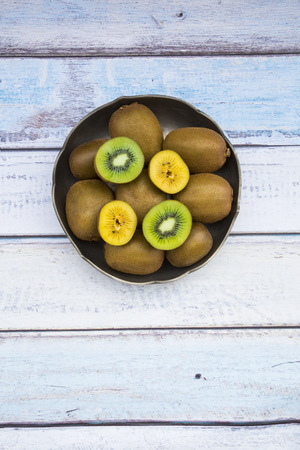 interiour shots: Green and golden kiwis in bowl LANG_EVOIMAGES