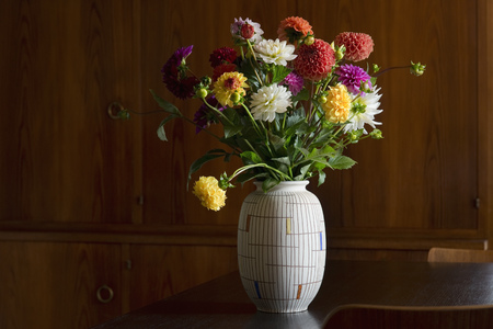 Flower vase with bunch of asters LANG_EVOIMAGES