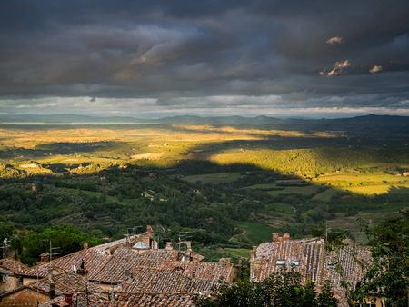 Italy, Tuscany, View from Montepulciano to Lake Trasimeno LANG_EVOIMAGES