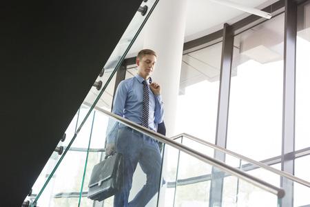 bajando escaleras: Empresario caminando por las escaleras LANG_EVOIMAGES