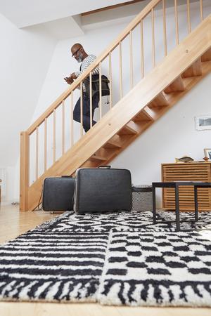 bajando escaleras: Hombre caminando arriba en su dúplex LANG_EVOIMAGES