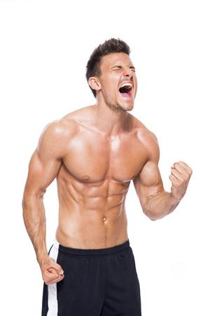 puños cerrados: Hombre musculoso sin camisa gritando delante de fondo blanco LANG_EVOIMAGES