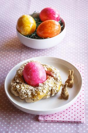 lapin: Petit déjeuner de Pâques avec des oeufs colorés