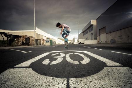 agachado: España, Tenerife, niño patinando en una carretera LANG_EVOIMAGES