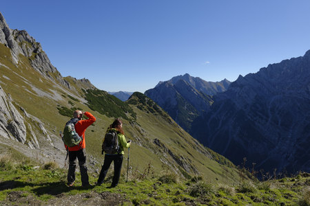 Austria, Tyrol, Karwendel, hikers looking at view at the Torscharte LANG_EVOIMAGES