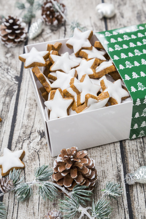 Cinnamon stars in box and christmas decoration LANG_EVOIMAGES