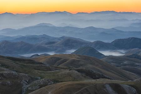 Italy, Abruzzo, Gran Sasso e Monti della Laga National Park, Plateau Campo Imperatore at sunrise
