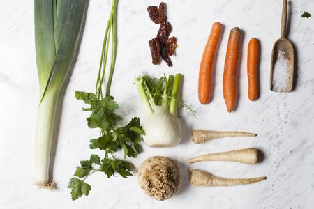 finocchio: Bouquet garni pour boullion, ingredients, celeriac, parsley, fennel, leek, dried tomato and salz LANG_EVOIMAGES