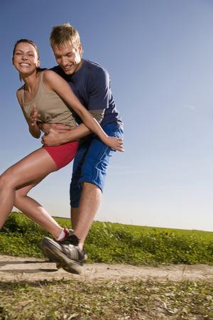 éxtasis: Pareja joven para correr, hombre atrapando a la mujer LANG_EVOIMAGES