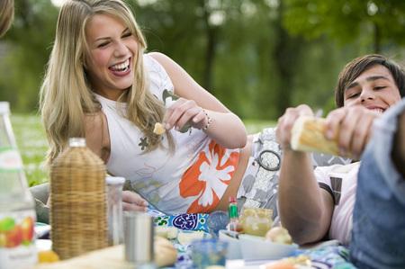 Teenageři s piknikem
