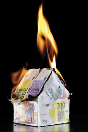 House Of Euro Notes Burning LANG_EVOIMAGES