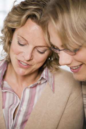 familia orando: Madre con hijo adolescente (16-17) Sonriendo, primer plano