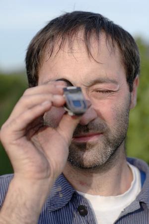 diligente: Hombre que usa refractómetro