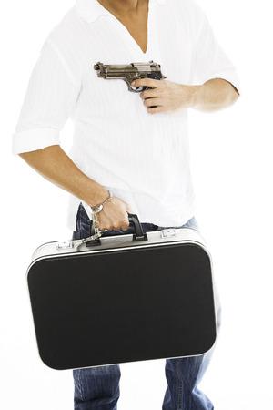 delincuencia: Hombre que lleva la caja del dinero, apuntar con la pistola, primer plano LANG_EVOIMAGES