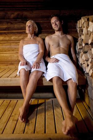 Deutschland, Senior Woman And Man sitzt in der Sauna