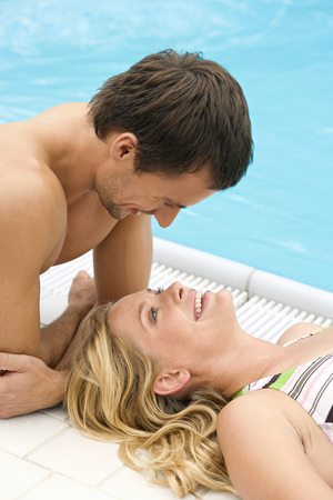 nackte brust: Germany, Young Couple At Swimming Pool, Close-Up LANG_EVOIMAGES