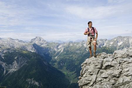 Austria, Salzburgo, hombre joven en la cima de la montaña LANG_EVOIMAGES