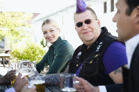 jarra de cerveza: Germany,Bavaria,Upper Bavaria,Business People And Punk In Beer Garden,Smiling LANG_EVOIMAGES
