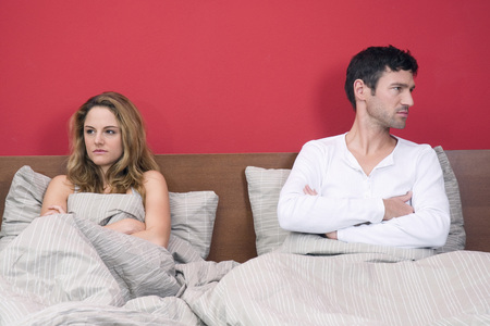Young Couple Ignoring Each Other In Bed, Portrait LANG_EVOIMAGES
