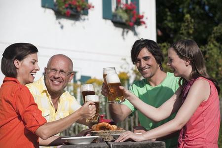 jarra de cerveza: Germany,Bavaria,Friends Drinking Beer In The Garden