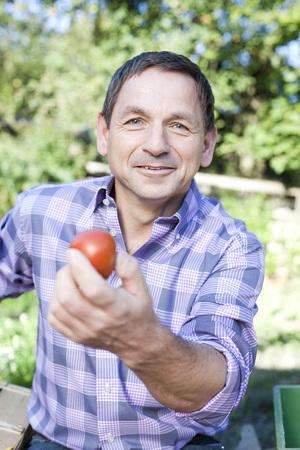 Alemania, sajonia, maduro, hombre que muestra, tomate, retrato
