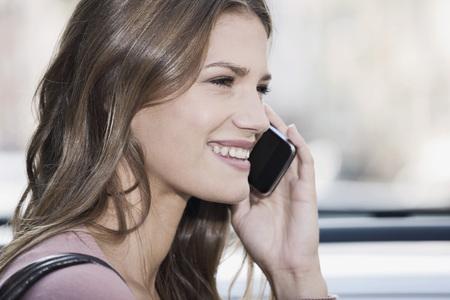 Alemania, colonia, mujer joven, teléfono, sonriente LANG_EVOIMAGES