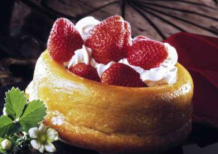 Savarin With Strawberries LANG_EVOIMAGES