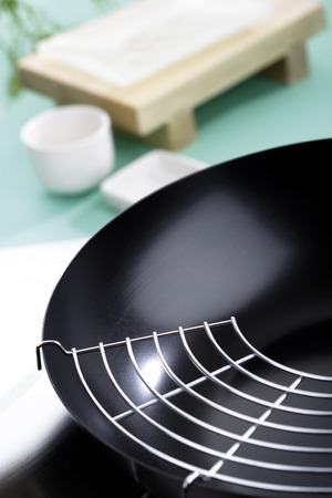 the footstool: Wok Pan With Grill,Elevated View LANG_EVOIMAGES