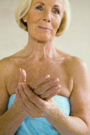 Mujer mayor, envuelto en toalla, sonriente, retrato LANG_EVOIMAGES