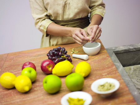 deposition: Woman In Kitchen With Fruit LANG_EVOIMAGES