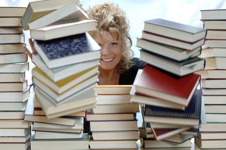 Femme, pousser, pile, livres, sourire, portrait