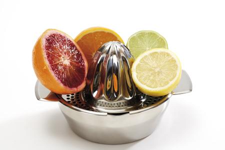 citrons: Variozs Sliced Citrus Fruits On Juice Squeezer LANG_EVOIMAGES