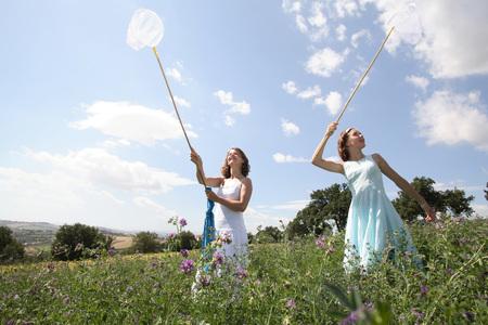 vestidos de epoca: Two Young Women Catching Butterflies