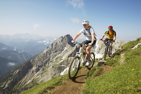 German Alps, Karwendel, Young Couple Mountain Biking LANG_EVOIMAGES