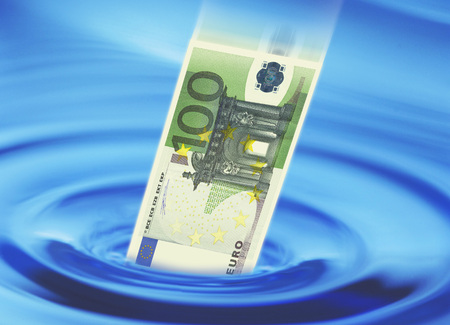 Euro Bank Note Falling Into Water LANG_EVOIMAGES