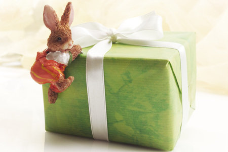 leporidae: Easter Present With Decoration LANG_EVOIMAGES