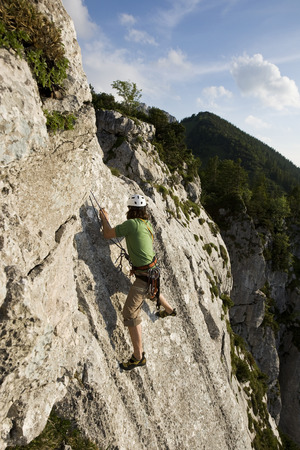 Germany, Bavaria, Chiemgau, Gederer Wand, Man Free Climbing LANG_EVOIMAGES