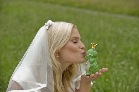 Bride Kissing Toy Frog,Eyes Closed LANG_EVOIMAGES