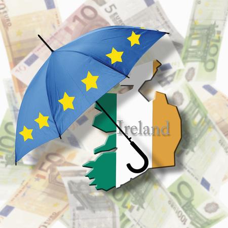Paraguas de la bandera europea en la bandera de Irlanda contra las notas del euro LANG_EVOIMAGES