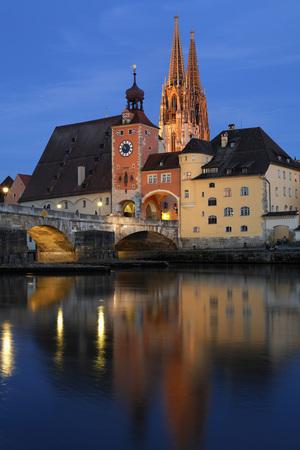 Германия, Бавария, Верхний Пфальц, Регенсбург, вид на ворота Брукктора и собор с каменным мостом на реке Дунай
